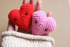 Älska hjärtor i handen, begrepp för valentindagkort Royaltyfria Bilder