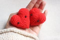 Älska hjärtor i handen, begrepp för valentindagkort Fotografering för Bildbyråer