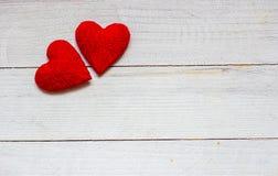 Älska hjärtor på trätexturbakgrund, begrepp för valentindagkort original- hjärtabakgrund Royaltyfri Fotografi