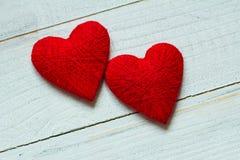 Älska hjärtor på trätexturbakgrund, begrepp för valentindagkort original- hjärtabakgrund Arkivfoton