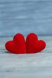 Älska hjärtor på trätexturbakgrund, begrepp för valentindagkort original- hjärtabakgrund Arkivbilder