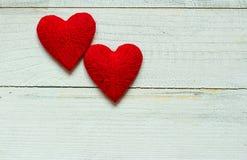 Älska hjärtor på trätexturbakgrund, begrepp för valentindagkort original- hjärtabakgrund Arkivfoto