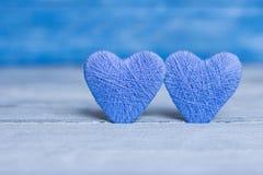 Älska hjärtor på trätexturbakgrund, begrepp för valentindagkort original- hjärtabakgrund Royaltyfria Foton