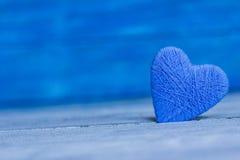 Älska hjärtor på trätexturbakgrund, begrepp för valentindagkort original- hjärtabakgrund Fotografering för Bildbyråer