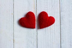 Älska hjärtor på trätexturbakgrund, begrepp för valentindagkort original- hjärtabakgrund Royaltyfri Foto