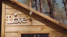 Älska inskriften som hänger på väggen av en treehouse stock video