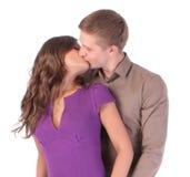 Älska isolerat att kyssa för par Royaltyfri Fotografi
