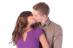 Älska isolerat att kyssa för par Royaltyfri Foto