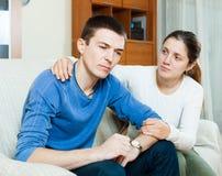 Älska kvinnan frågar för förlåtelse från man efter grälar royaltyfri fotografi