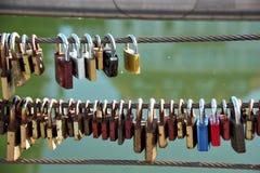Älska låset som fästas till broar enligt en egen av vänner royaltyfri bild