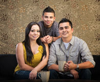 Älska latinamerikansk familj Arkivbild