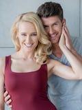 Älska lyckliga par som poserar för kameran Arkivbild