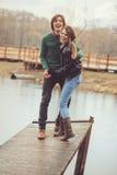 Älska lyckligt utomhus- för par på regnigt gå tillsammans på landssida, Arkivfoton