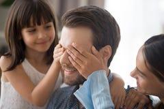 Älska manliga ögon för dotter- och moderräkning arkivfoto