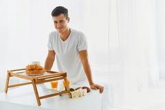 Älska mannen med den romantiska frukosten Royaltyfri Fotografi