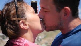 Älska mannen och kvinnan för par som den lyckliga kysser på kamera HD 1920x1080 långsam rörelse arkivfilmer