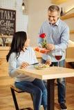 Älska mannen som ger rosen och gåva till hans kvinna Arkivbilder
