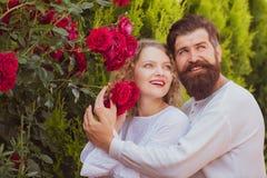 Älska mannen som smeker krama den kyssande kvinnan Passionerad tillgiven man och kvinna som tycker om upphetsa ögonblick av den f royaltyfri fotografi
