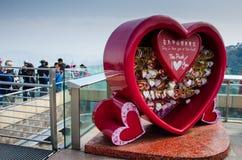 Älska meddelanden i den röda hjärtan på Victoria Peak i Hong Kong Royaltyfria Bilder