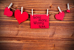Älska mer, bekymmer mindre på en etikett Royaltyfri Bild