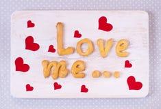 Älska mig textdanande med hemlagade kakor på en trätabell för Royaltyfria Foton