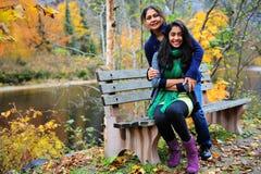 Älska moder och dotter som tycker om höst Arkivbild