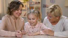 Älska modermålningdottern spikar med rosa polermedel, familjtid tillsammans stock video