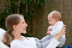 Älska modern med hennes nyfött behandla som ett barn arkivfoto
