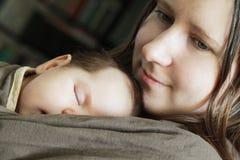 Älska modern och behandla som ett barn Arkivbild