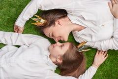 Älska modern och dottern som ligger på äng fotografering för bildbyråer