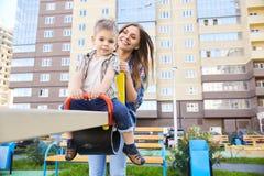 Älska modern och sonen på lekplats Fotografering för Bildbyråer