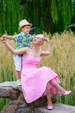 Älska modern och sonen som spelar i sommar, parkera Arkivfoton
