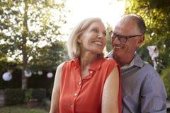Älska mogna par i bakgårdträdgård Royaltyfri Foto
