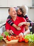 Älska mogna par som tillsammans lagar mat Royaltyfria Bilder