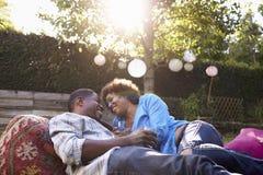 Älska mogna par som tillsammans tycker om drinkar i trädgård Royaltyfria Foton