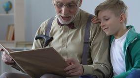Älska morfarläseboken för liten pojke som delar kunskap, lycklig barndom stock video