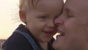 Älska mumen med det utomhus- lyckliga barnet lager videofilmer