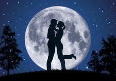 Älska omfamningar för ett par i månskenet stock illustrationer