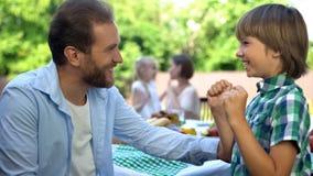 Älska pappan som talar den lilla sonen, familjomsorg och förtroendefull förbindelse, barndom arkivbilder