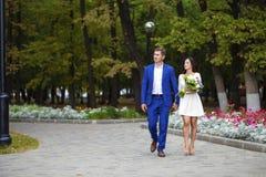 Älska par av genomsnittliga år på bakgrunden av hösten p royaltyfri foto