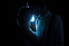 Älska par backlit med ett blått ljus royaltyfri bild