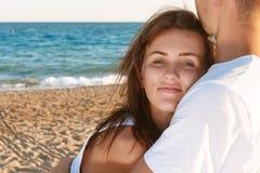 Älska par en varm kram Arkivbild