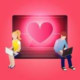 Älska par genom att använda bärbara datorn och sitta på bärbara datorn Royaltyfria Foton