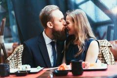 Älska par i en restaurang Royaltyfri Foto