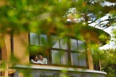 Älska par i fönster Royaltyfria Bilder