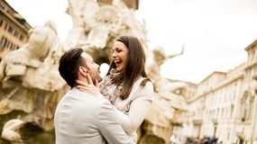 Älska par i Rome, Italien fotografering för bildbyråer