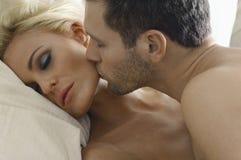 Älska par i säng Royaltyfri Bild