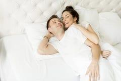 Älska par i sängen Royaltyfri Fotografi