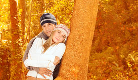 Älska par i skog arkivfoto