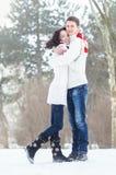 Älska par i vinter Arkivbilder